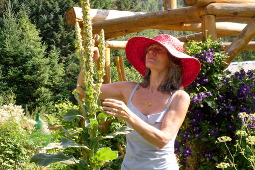 Amira Proulx dans son jardin